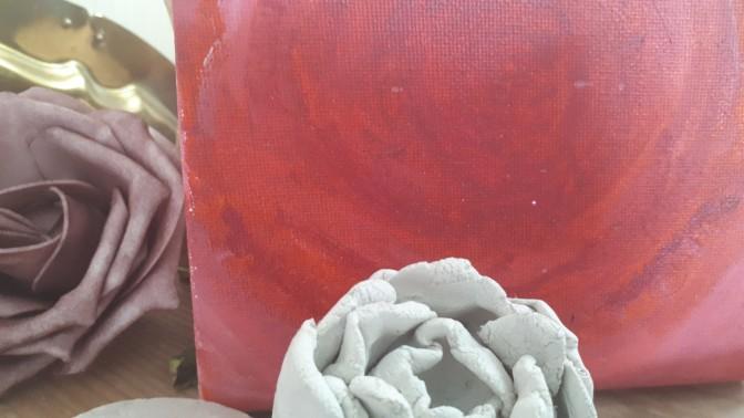 Bild von einer Kunstrose, einer Rose aus Ton und einem selbstgemalten abstraktem Rosenbild